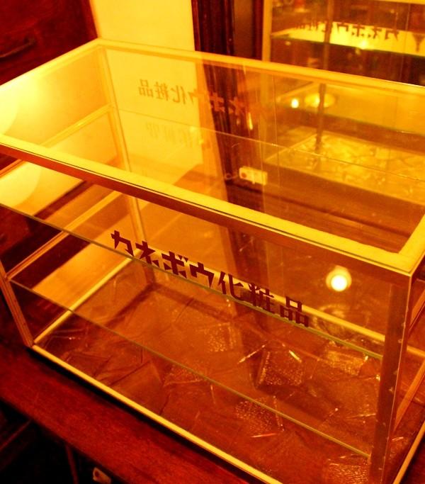 カネボウ化粧品のガラスケース